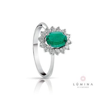 Anello in oro con smeraldo ovale e contorno di diamanti