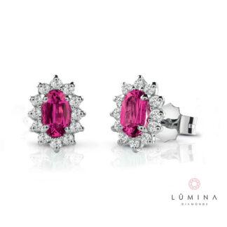 Orecchini in oro con rubini ovali e contorno di diamanti